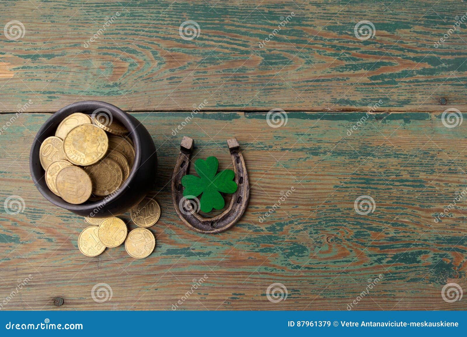 Dag för St Patricks, lyckliga berlock Horesechoe och treklöver på träbakgrund