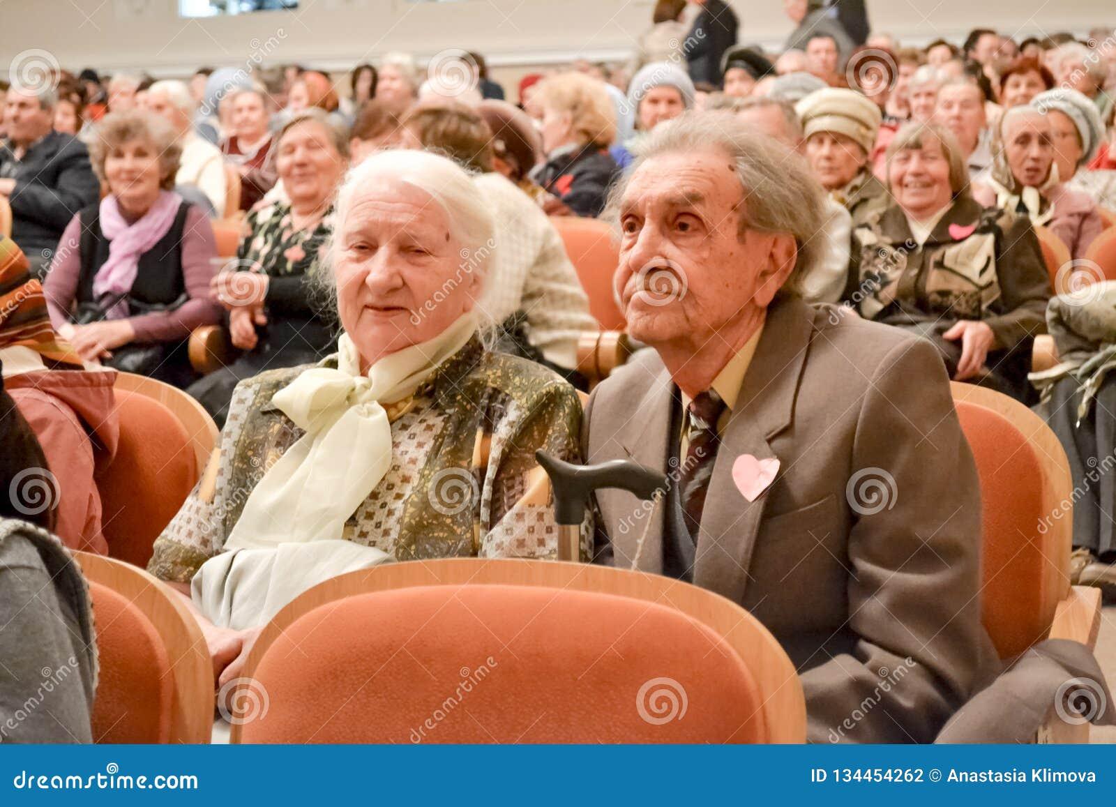 Dag van de bejaarde persoon in Rusland, een overleg in het huis van cultuur,