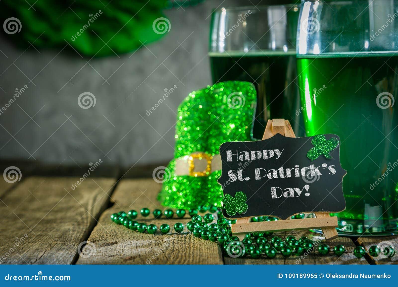 Dagbegrepp för St Patricks - grönt öl och symboler