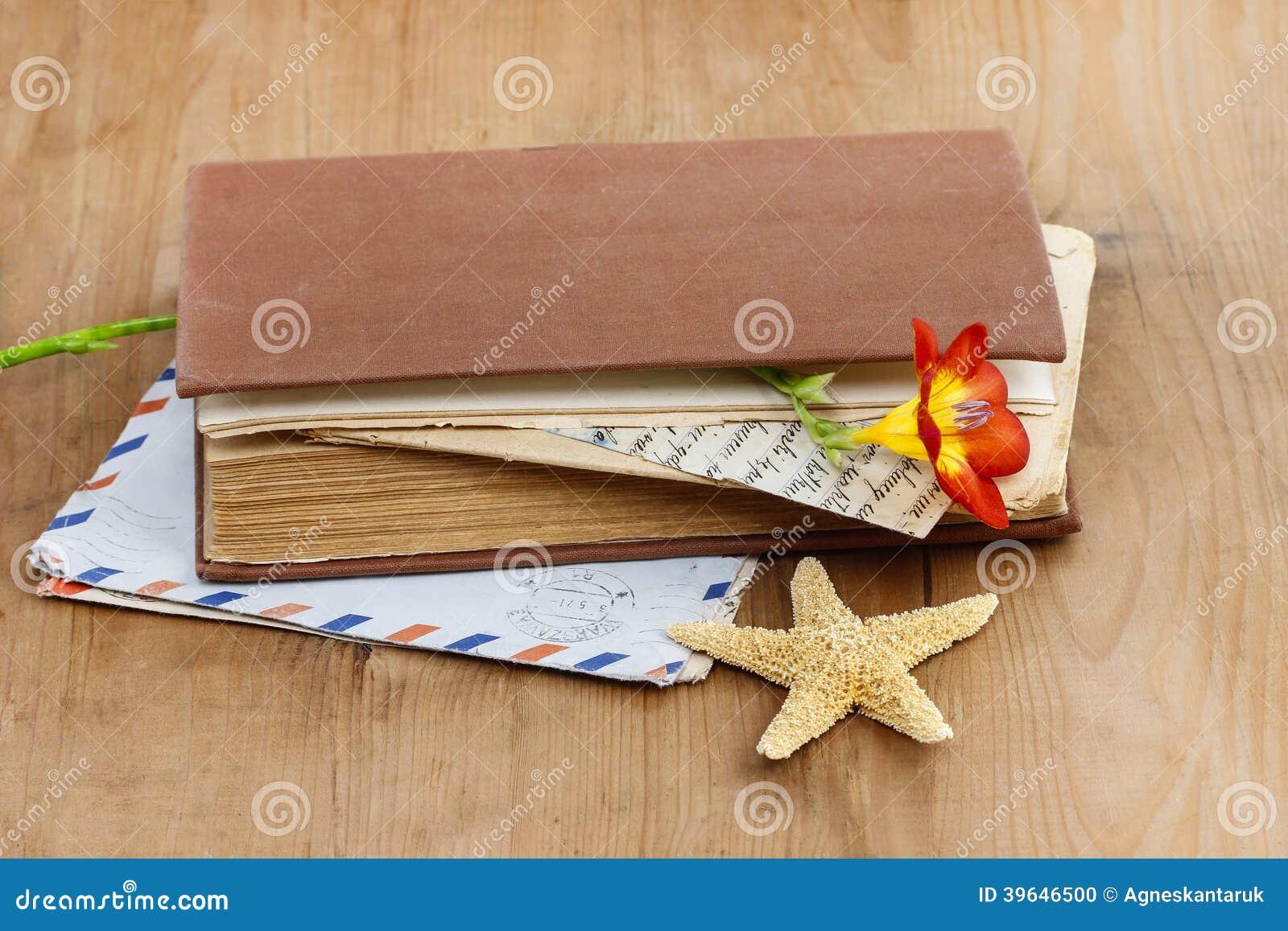 Dagboken, gamla bokstäver och röd freesia blommar