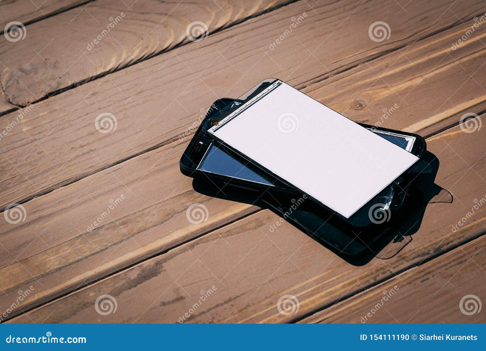 Daglicht Gebroken mobiele telefoon Houten achtergrond heb het stemmen