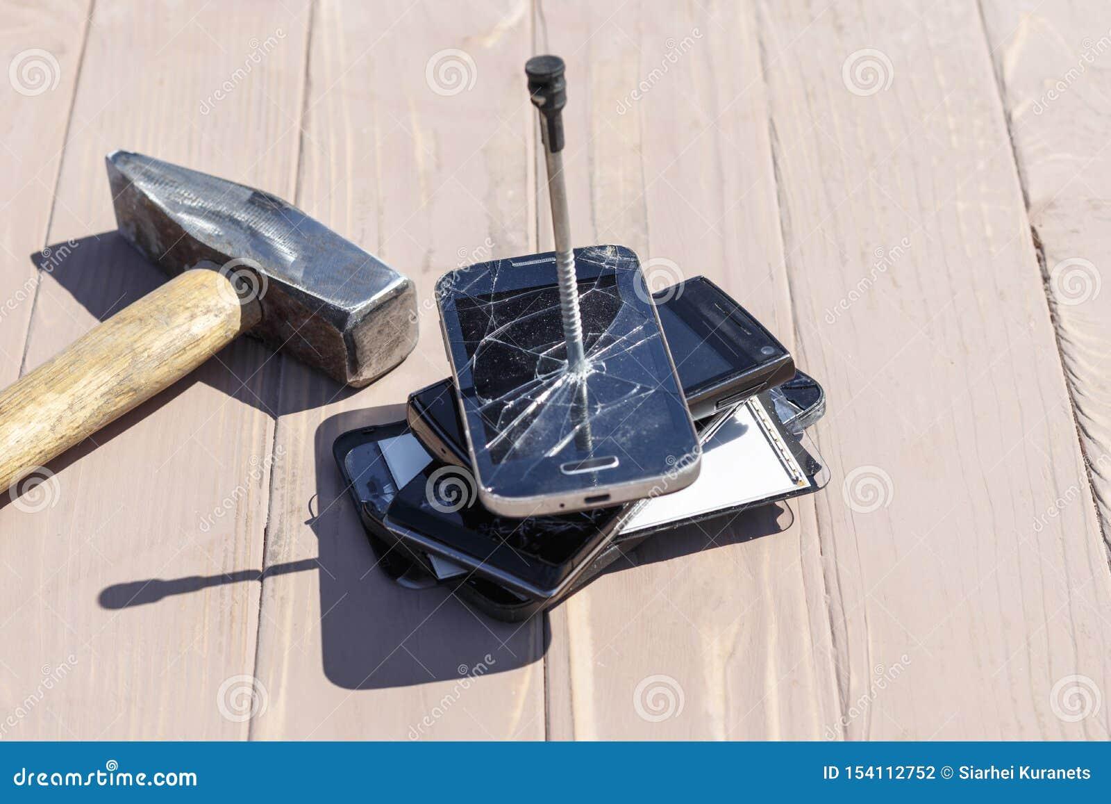 Daglicht hamer op de telefoons wordt geraakt die in één van hen is er een metaalspijker