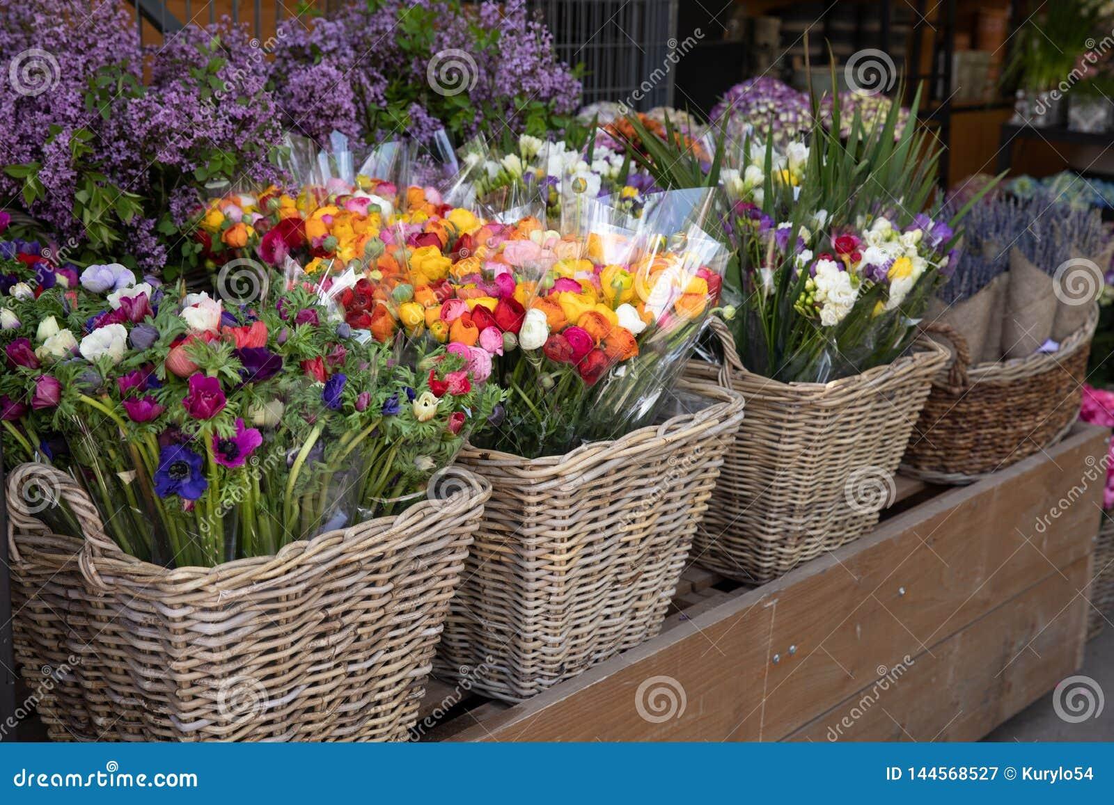 Dagliga blommor kontrar med variation av nya klippta blommor liksom anemoncoronaria, persiska sm?rblommor, freesia