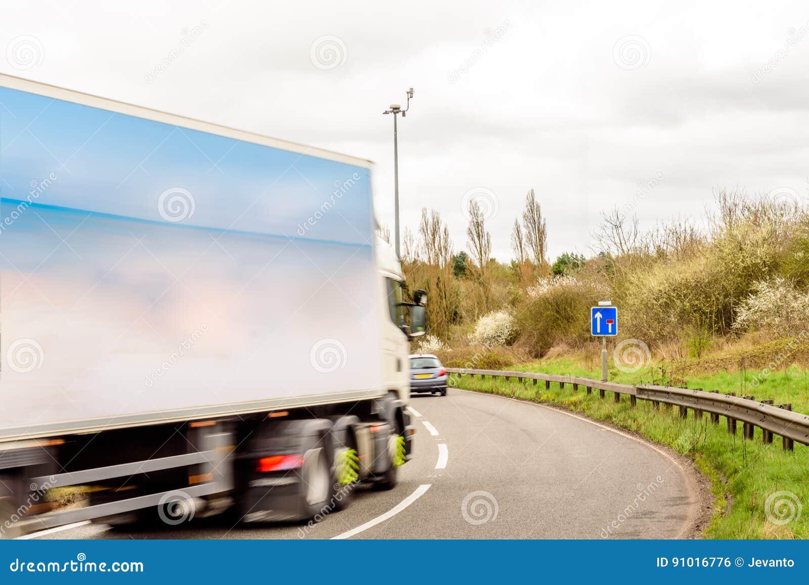 Dagsiktsbakgrund av UK-Motorwayvägmärket Lorry Truck