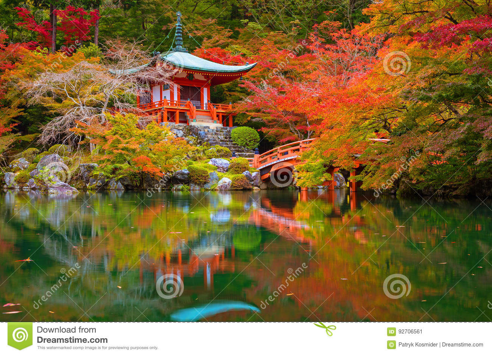 Daigo-jitempel mit bunten Ahornbäumen im Herbst, Kyoto