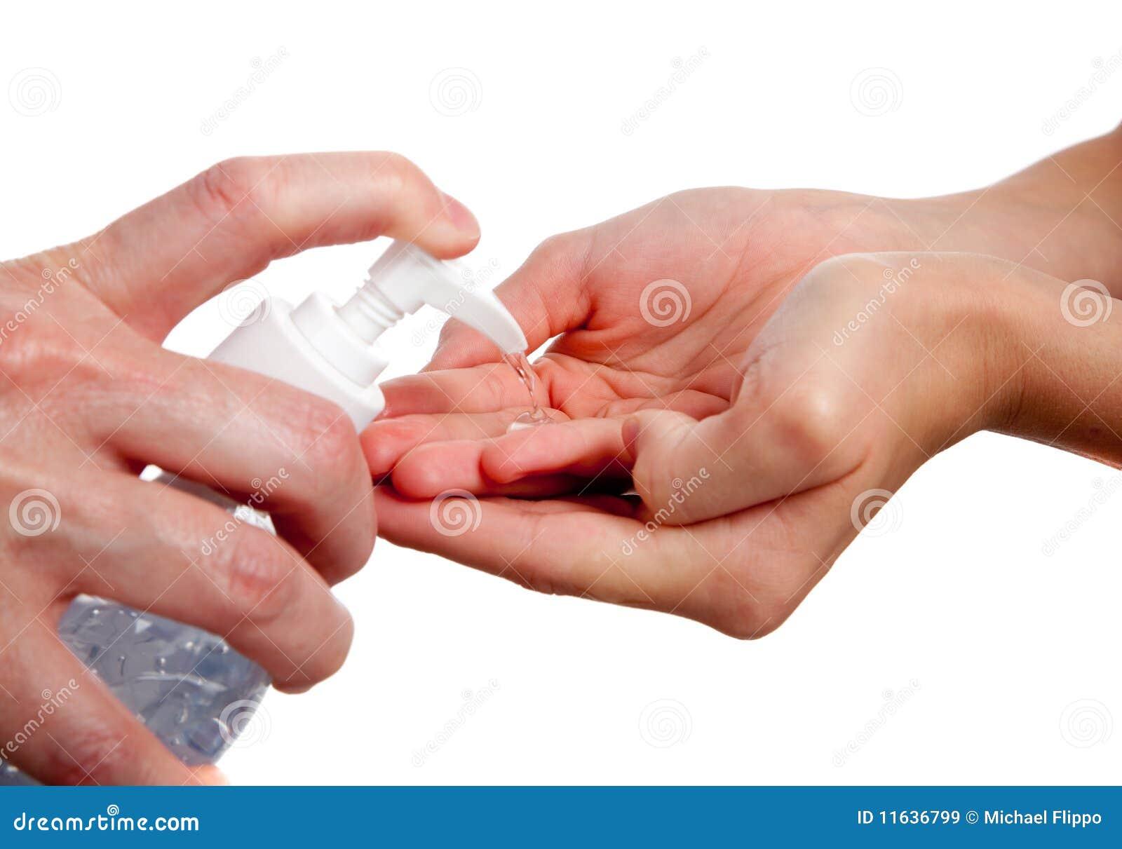 Daje ręki sanitizer dorosły dziecko