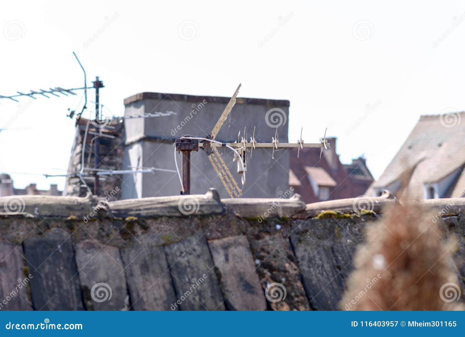 Dak communicatie antenne met spanningsverhoger