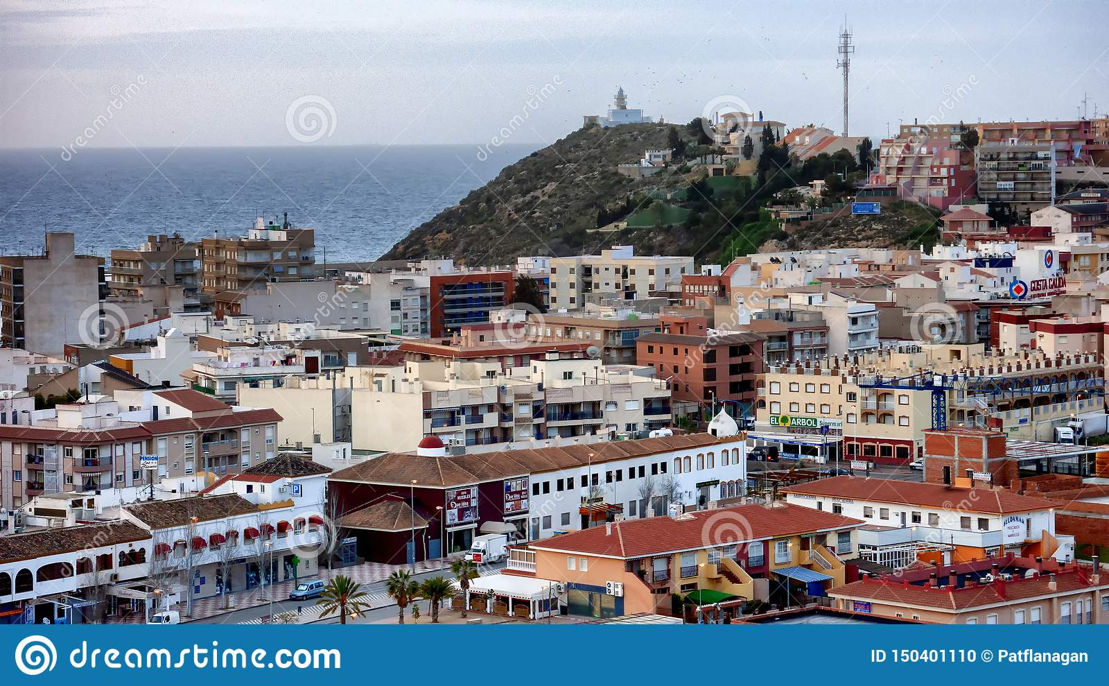 Dak hoogste mening van een Spaanse stad met het overzees op de achtergrond