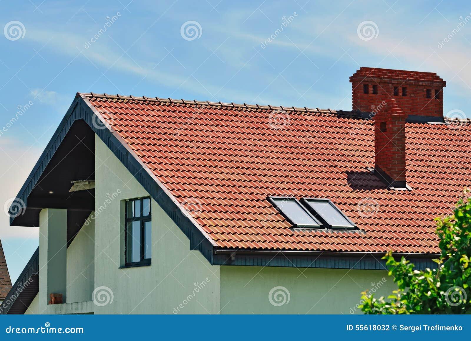 Dak van het huis met zolder stock foto afbeelding for Tetto della casa moderna