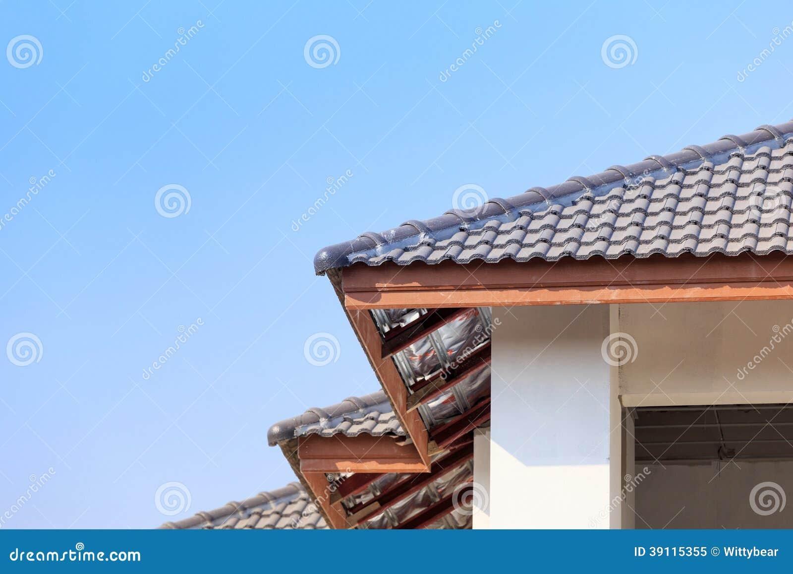 Dak voor nieuw huis wordt geïnstalleerd dat
