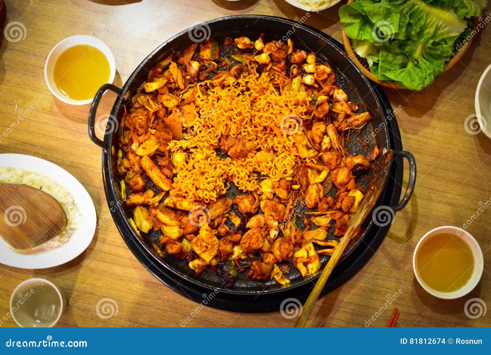 Dakgalbi ou recette grillée épicée de poulet et de légumes