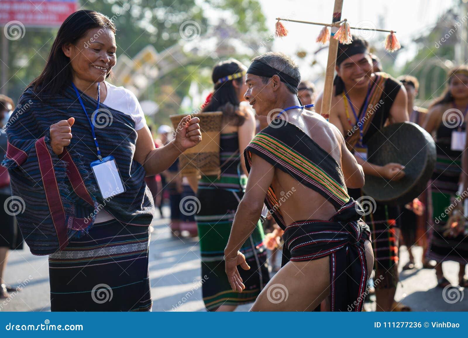 Daklak, Vietnam - 9. März 2017: Vietnamesische Leute der ethnischen Minderheit tragen die traditionellen Kostüme, die einen tradi