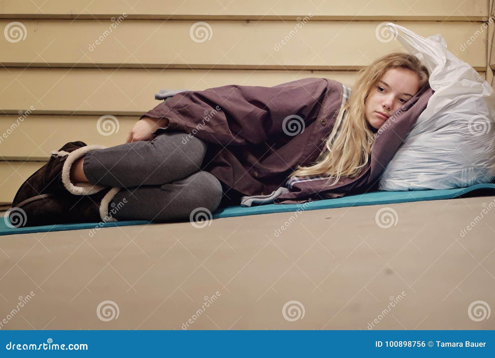 Dakloze jonge tiener die schuilplaats nemen