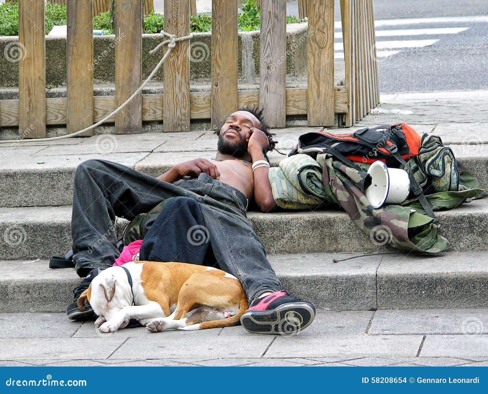 Dakloze mens en zijn hond