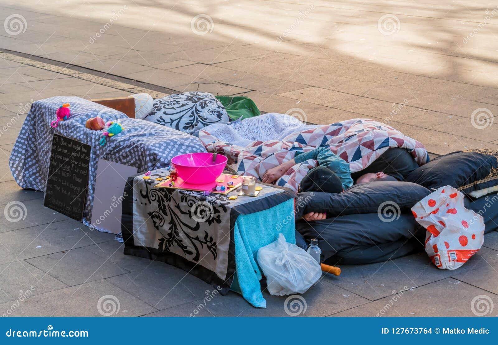 Dakloze paarslaap op de straat
