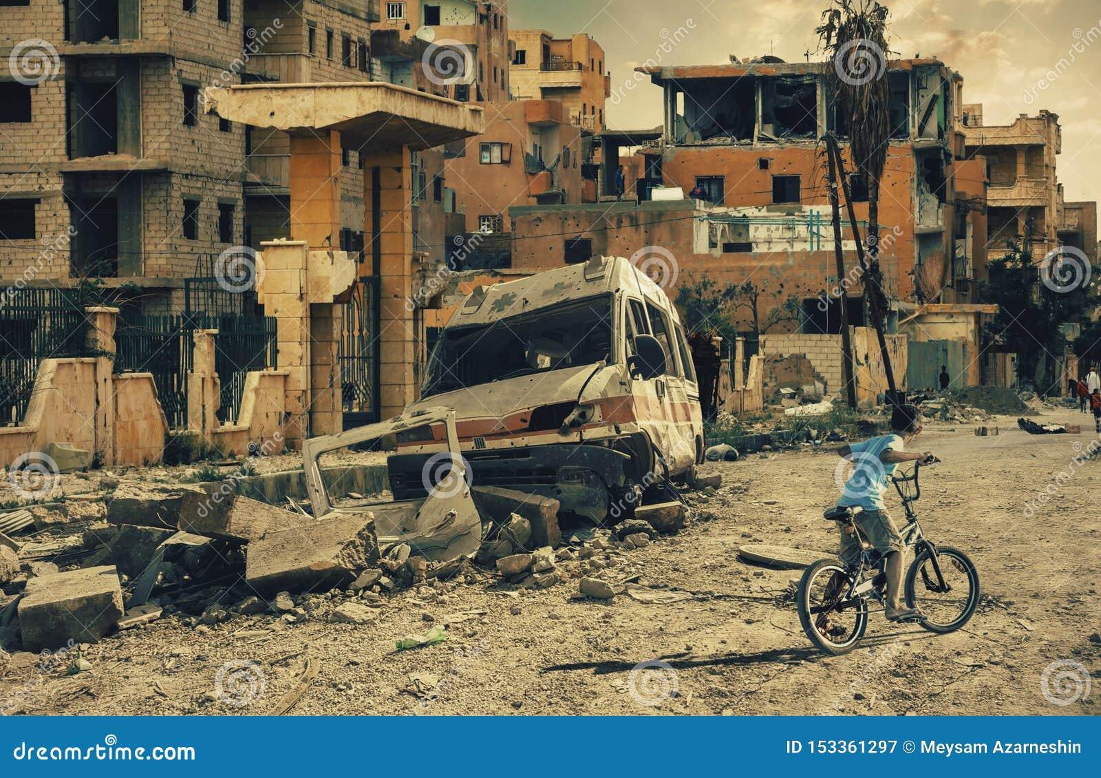 Daklozen weinig jongens berijdende fiets in vernietigde stad, militaire militairen en helikopters en tanks