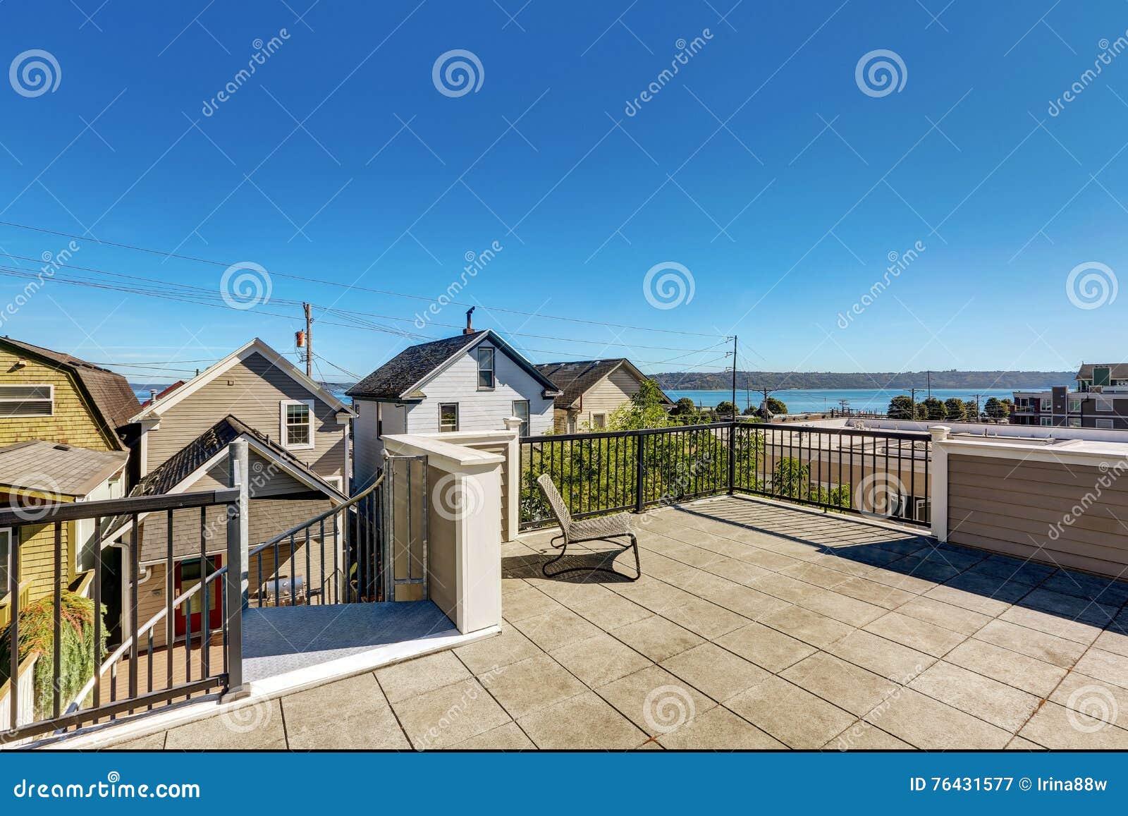 Dakterras buiten van luxe modern huis in tacoma stock afbeelding afbeelding 76431577 for Terras modern huis