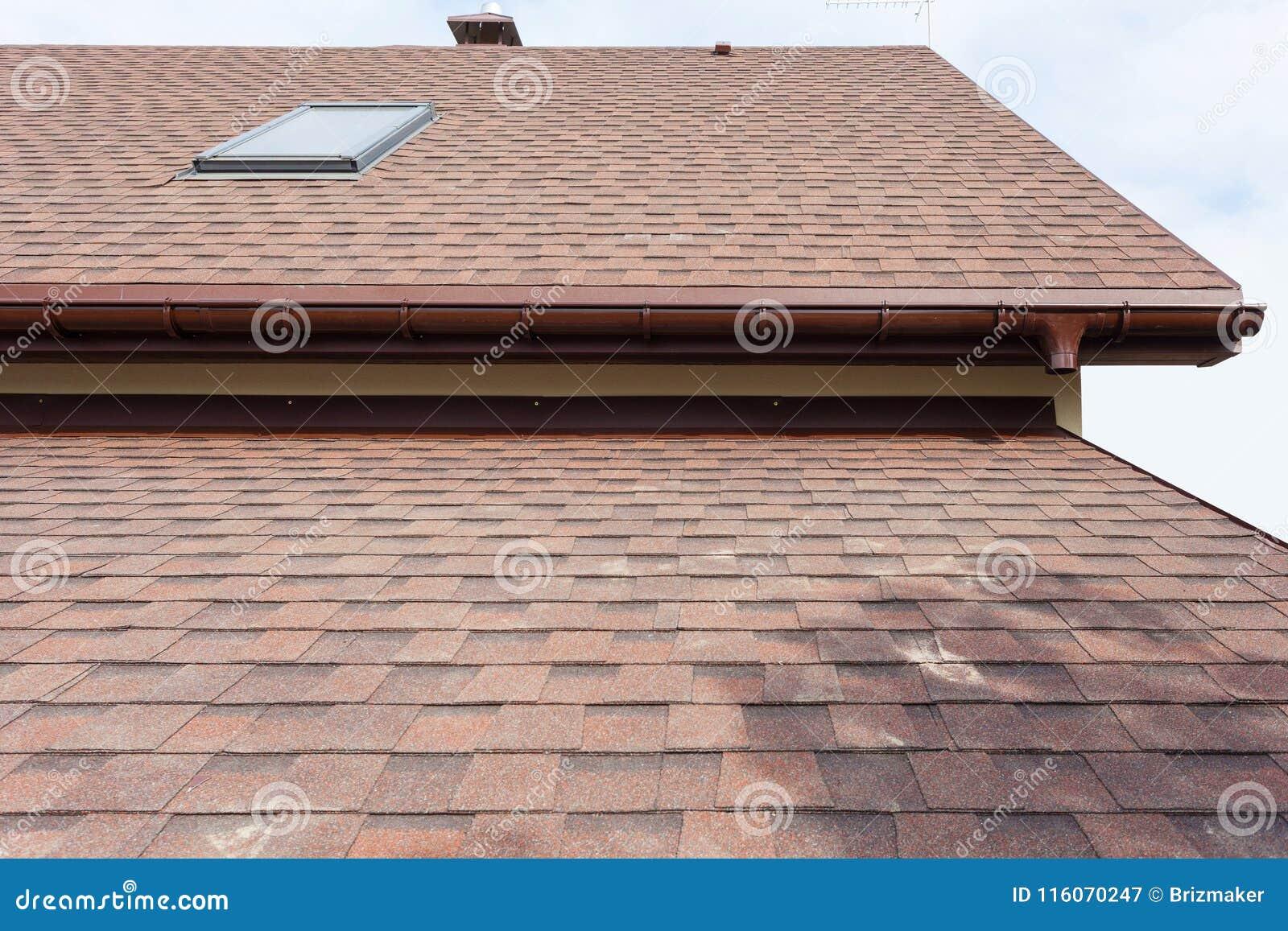 Dakwerkbouw en de bouw van nieuw huis met modulaire schoorsteen, dakramen, zolder, koekoeken en eaves