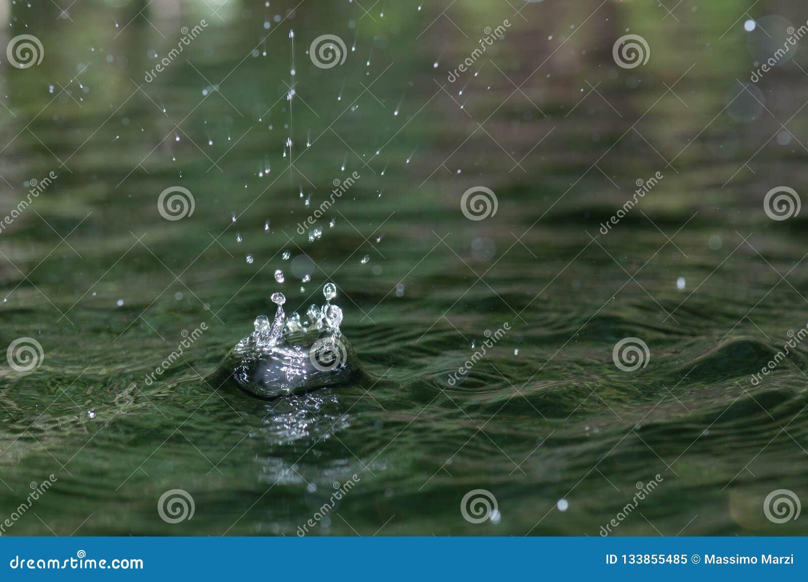 Dalingen die van water in pool vallen