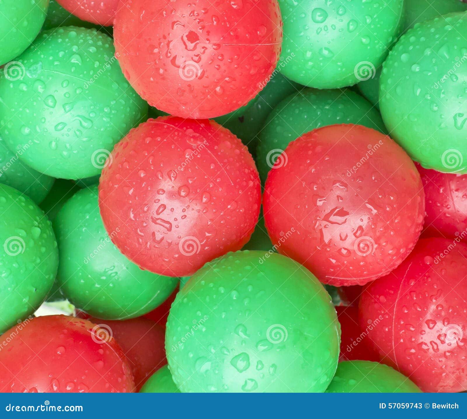 Dalingen op Zachte Plastic Oceaanballen