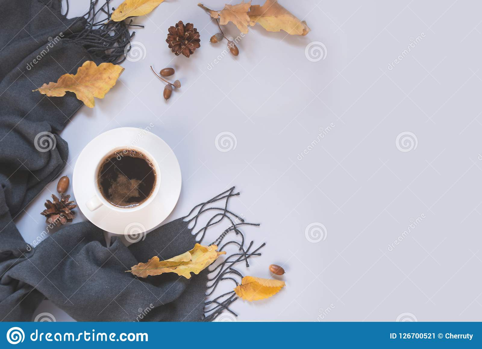 Dalingsstilleven, zwarte koffie, grijze sjaal voor comfortabel en het verwarmen Hoogste mening en exemplaarruimte