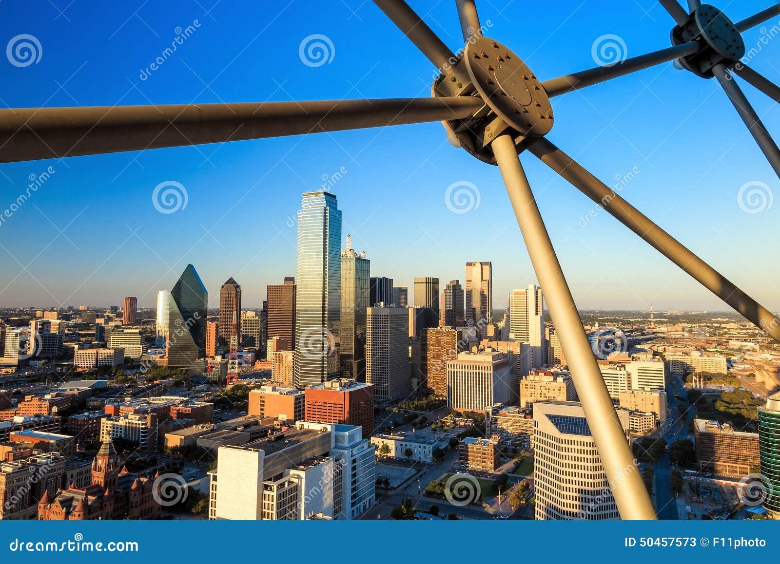 Dallas, arquitetura da cidade de Texas com o céu azul no por do sol