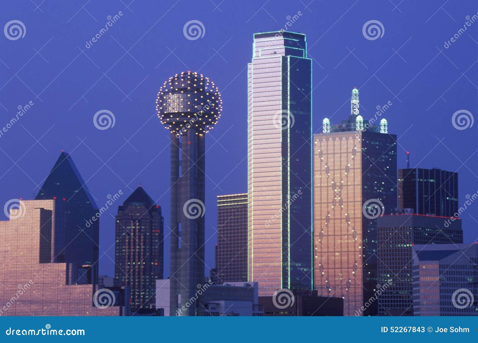 Dallas, horizonte de TX en la noche con la torre de la reunión