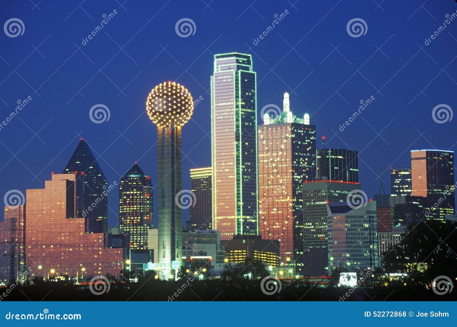 Dallas, TX linia horyzontu przy nocą z spotkania wierza