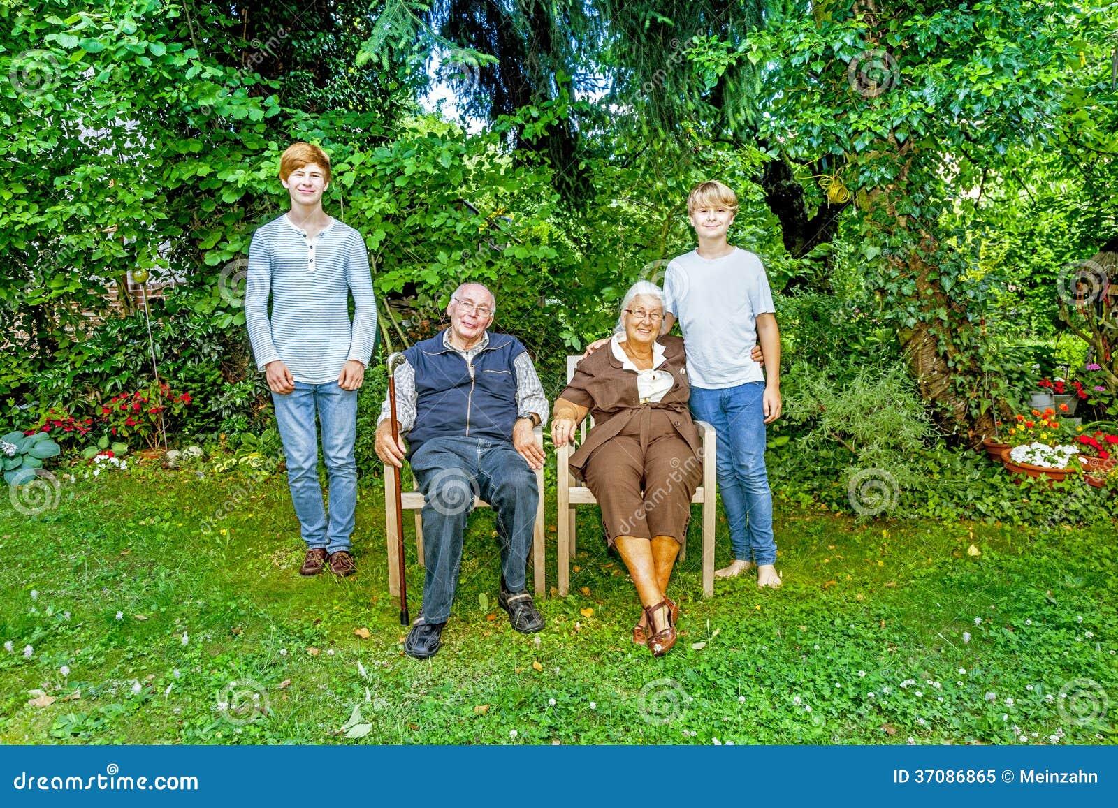 Download Dalszej Rodziny Grupowy Pozować W Ogródzie Obraz Stock - Obraz złożonej z brat, ćwiczenie: 37086865
