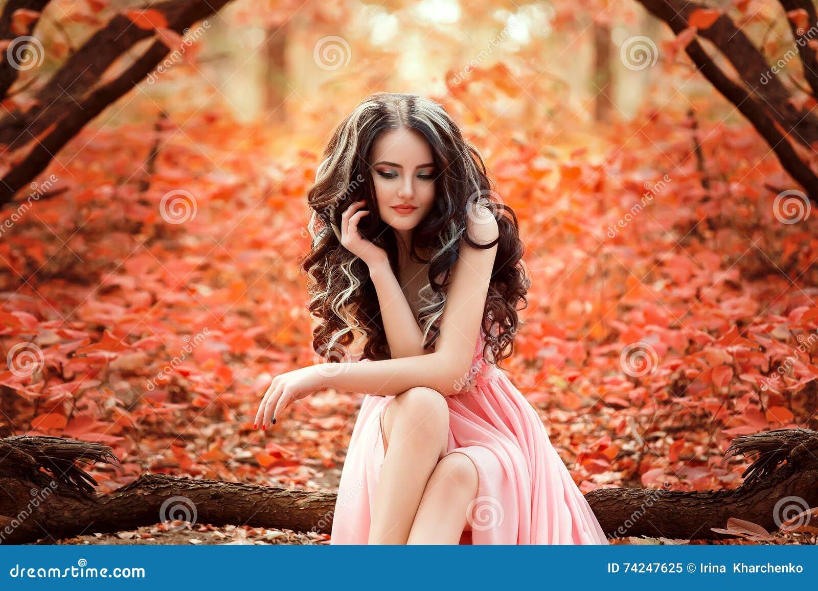 Dam i en lyxig frodig rosa pastellfärgad klänning
