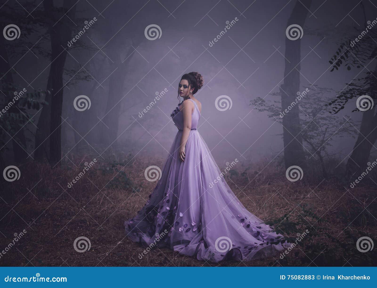 Dama w luksusowej luksusowej purpury sukni