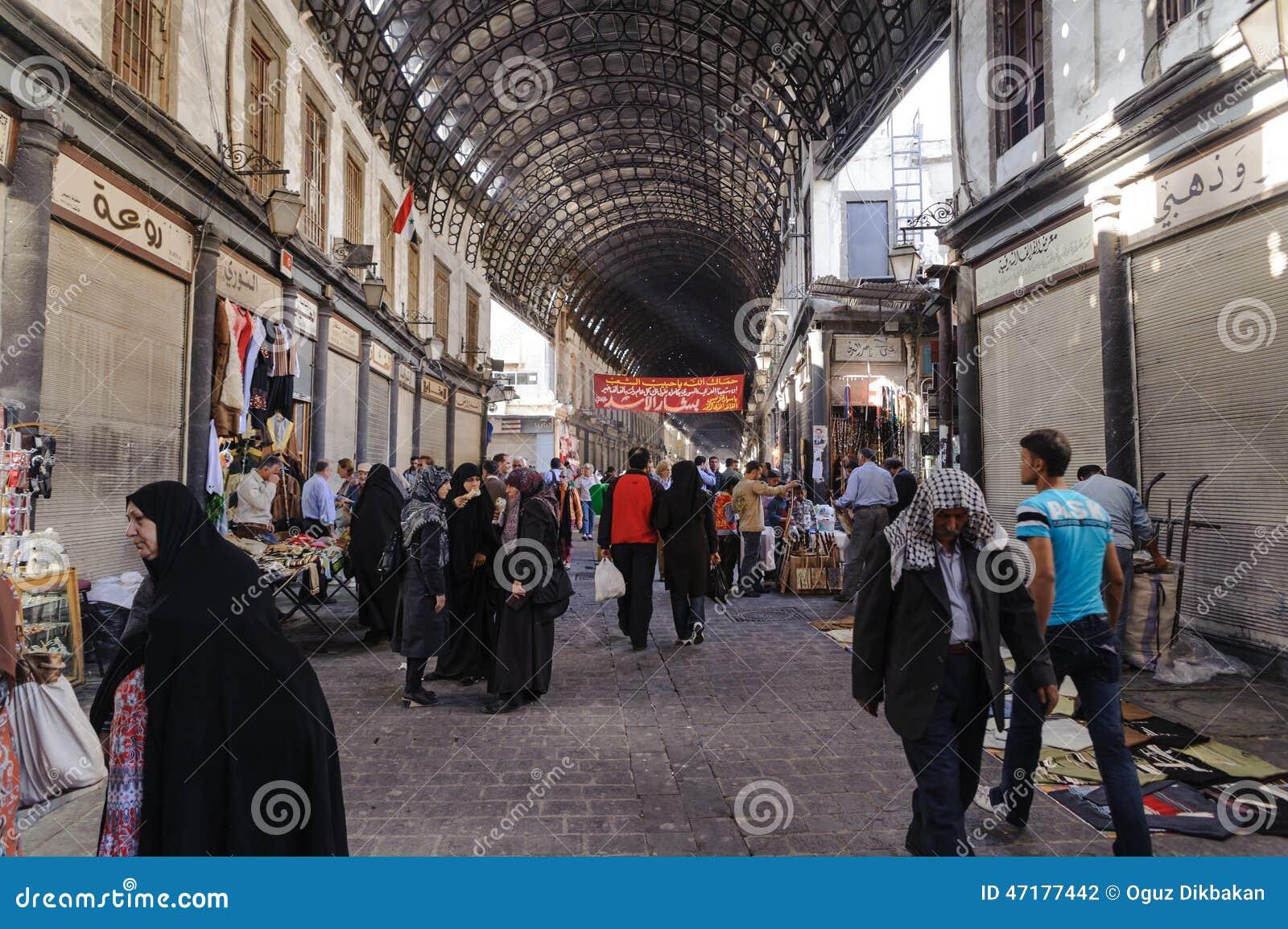 DAMAS, SYRIE - 16 NOVEMBRE 2012 : Jour ordinaire à Al-Hamidiyah Souq dans la vieille ville de Damas Le bazar est le plus grand so