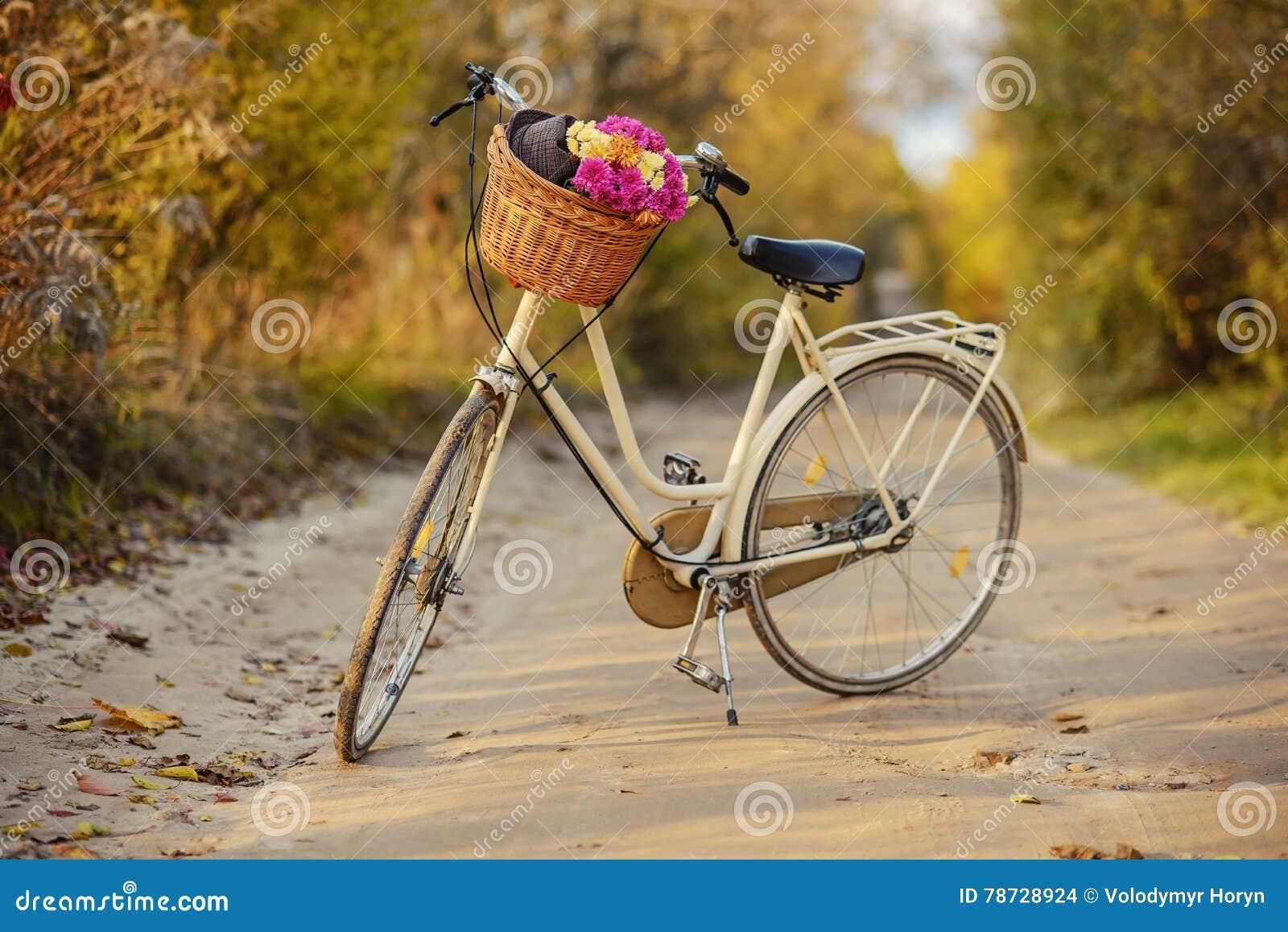 Damcykel med en bukett av blommor