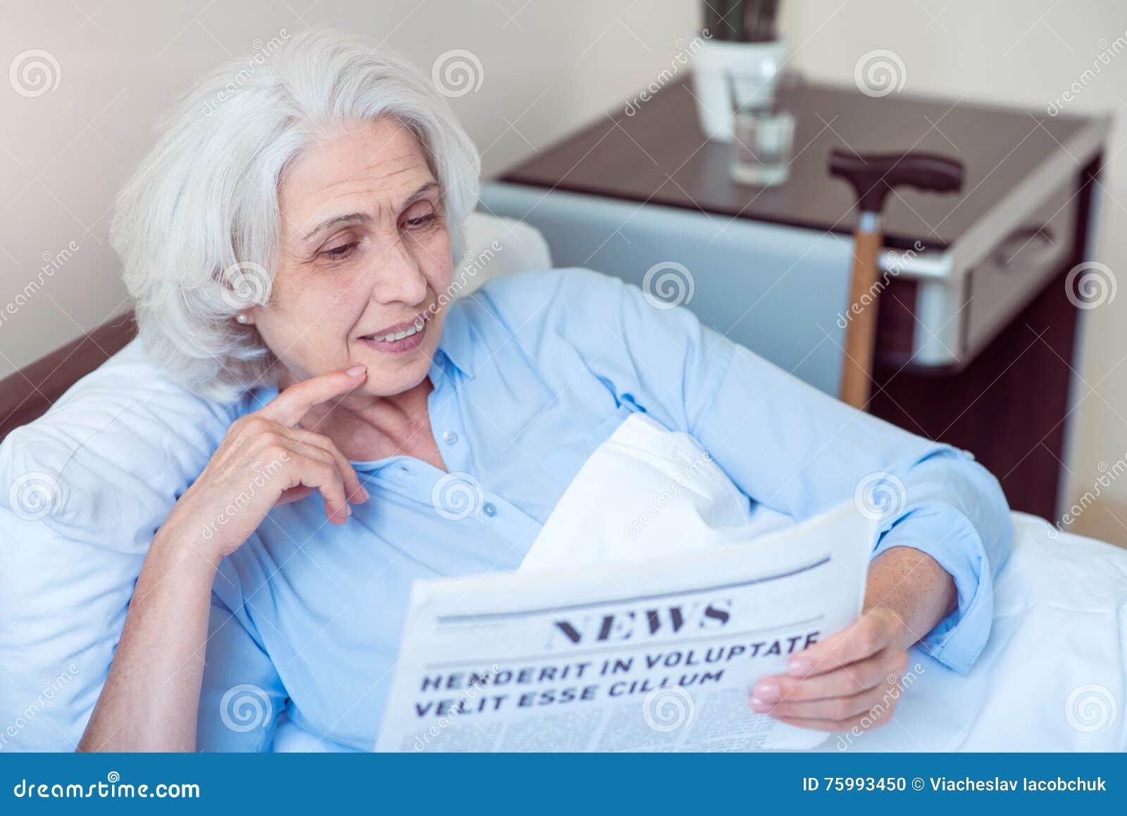 Dame âgée à la salle d hôpital