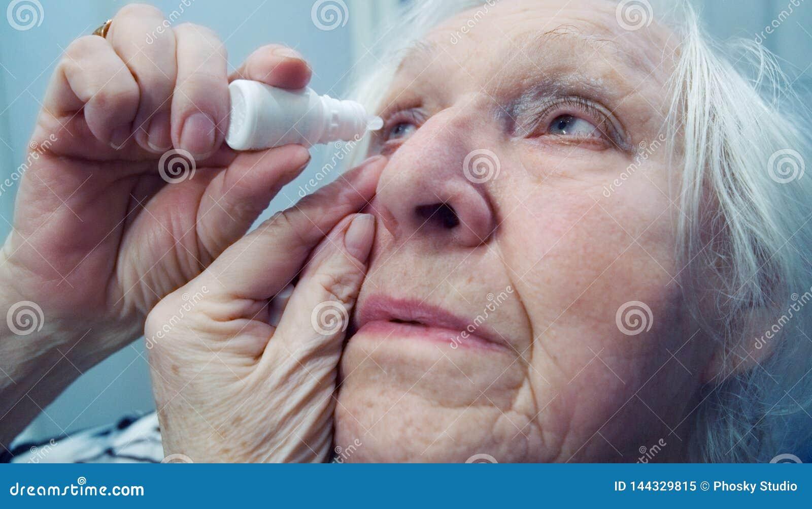 Dame âgée laisse tomber ses yeux Tir en gros plan