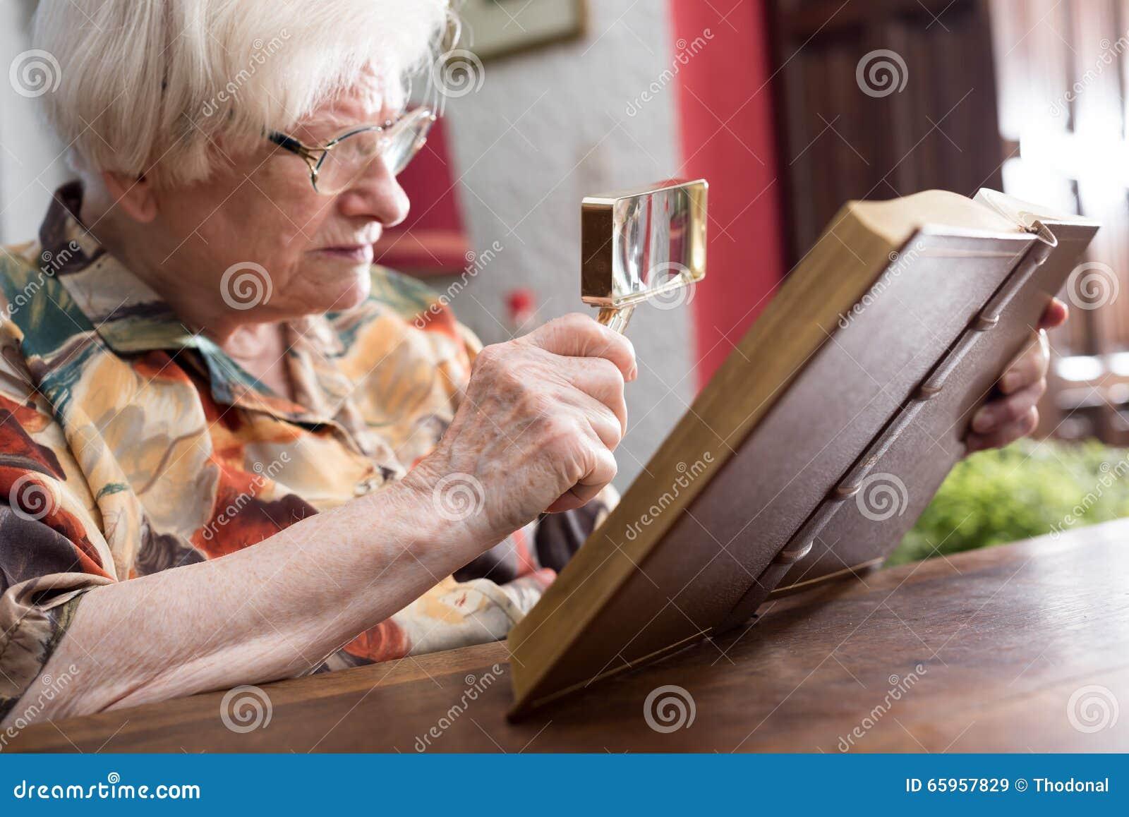 Dame âgée lisant un livre