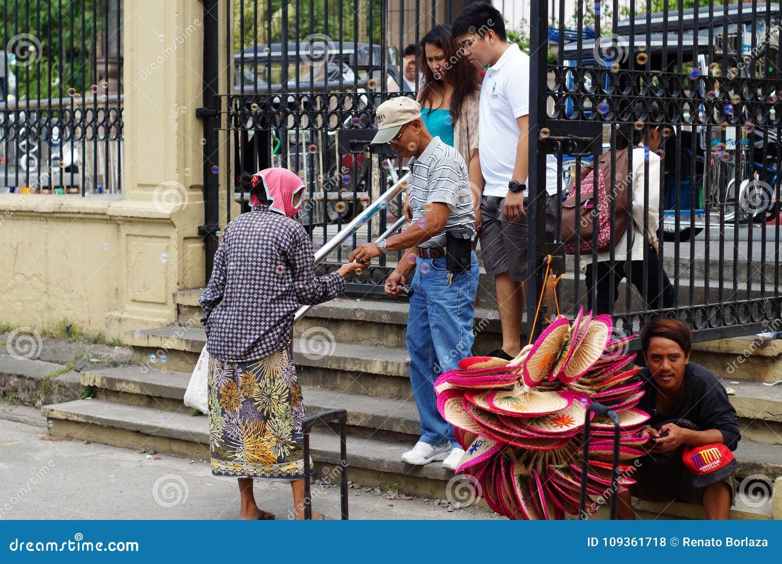 Dame âgée priant pour l aumône, chassant le piéton à la cour d église