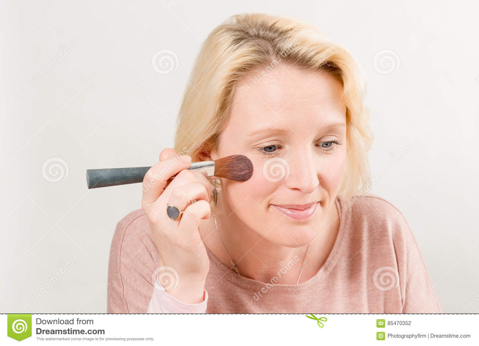 Dame Applying Blush met een Borstel