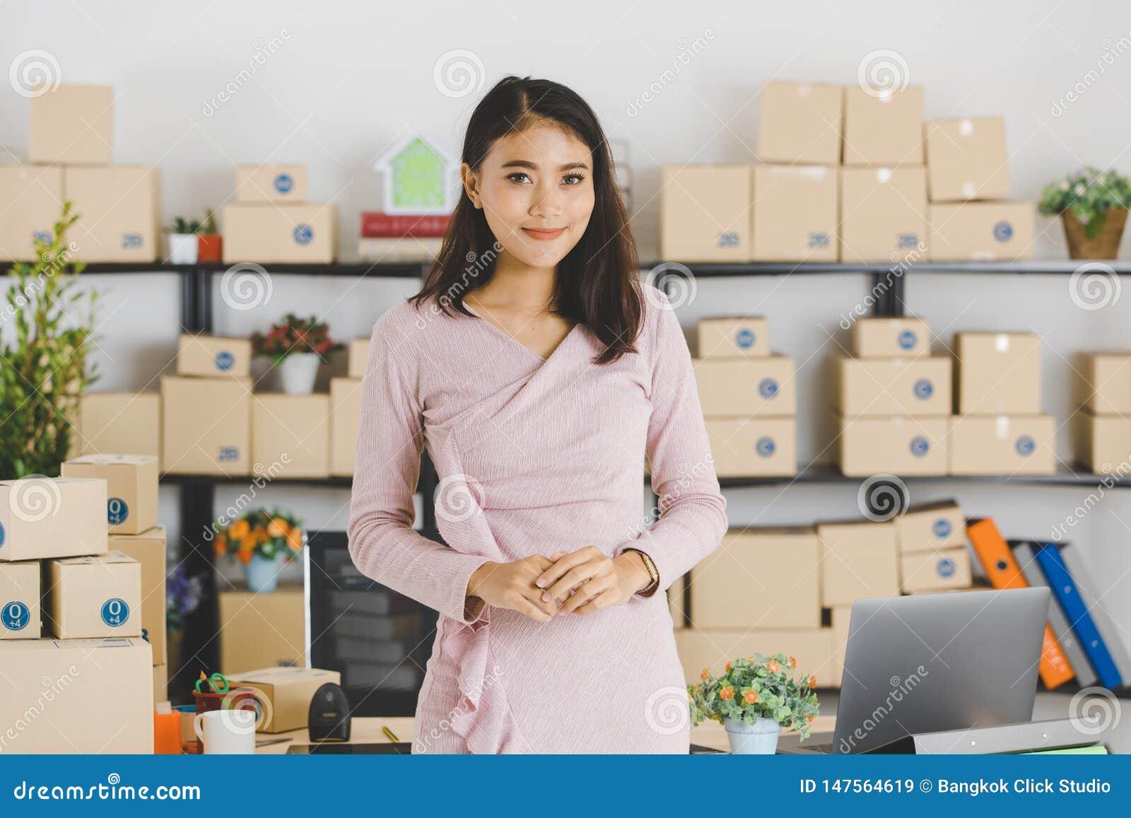 Dame asiatique d affaires au bureau
