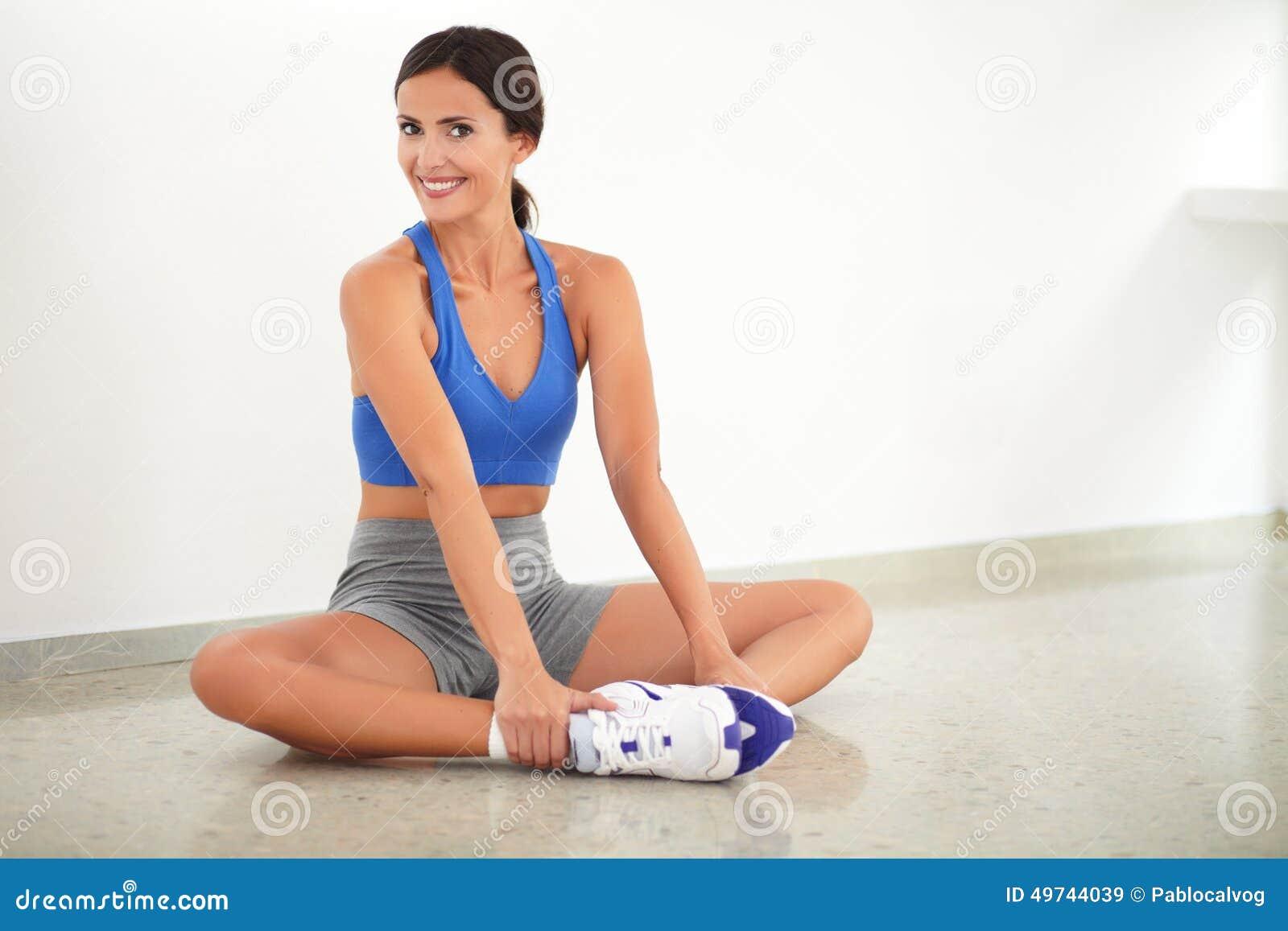 Dame assez latine faisant l exercice de relaxation