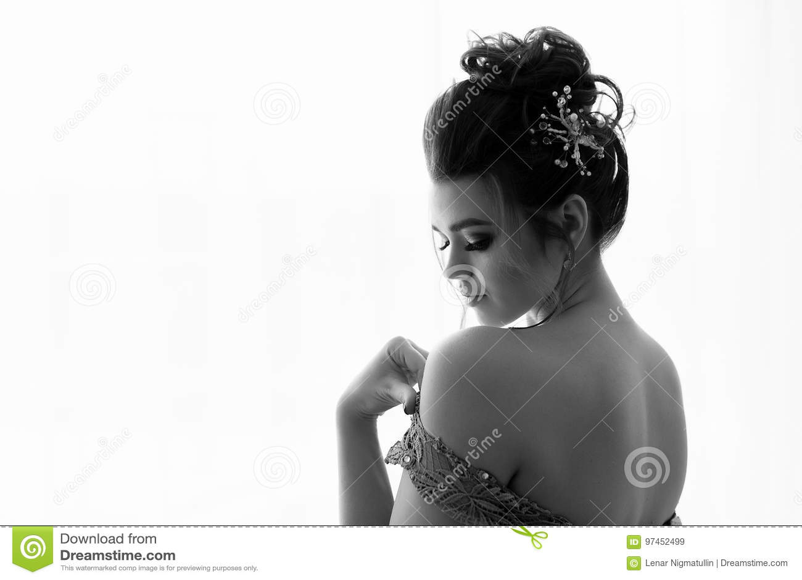 Dame attirante avec le maquillage dans la robe érotique