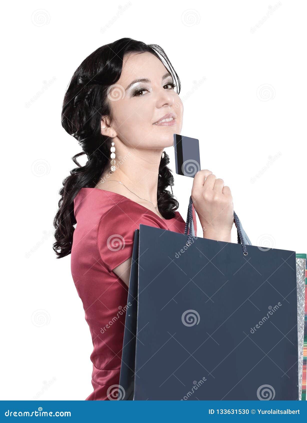 Dame de charme avec une carte de crédit D isolement sur le blanc