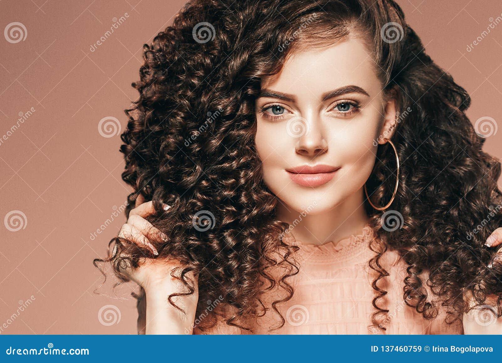 Dame de coiffure de femme de cheveux bouclés avec de longs cheveux de brune