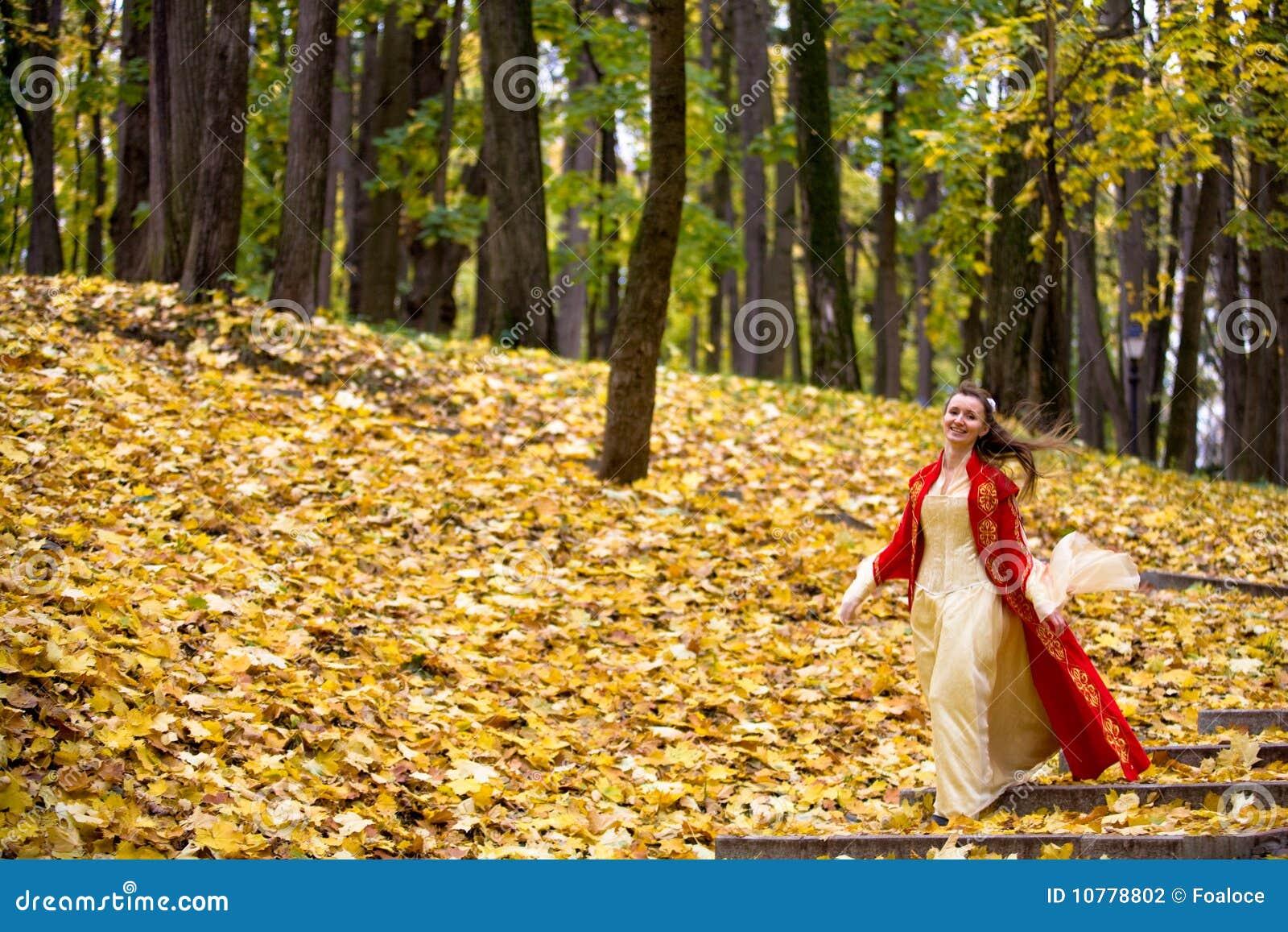 Dame in de herfstbos