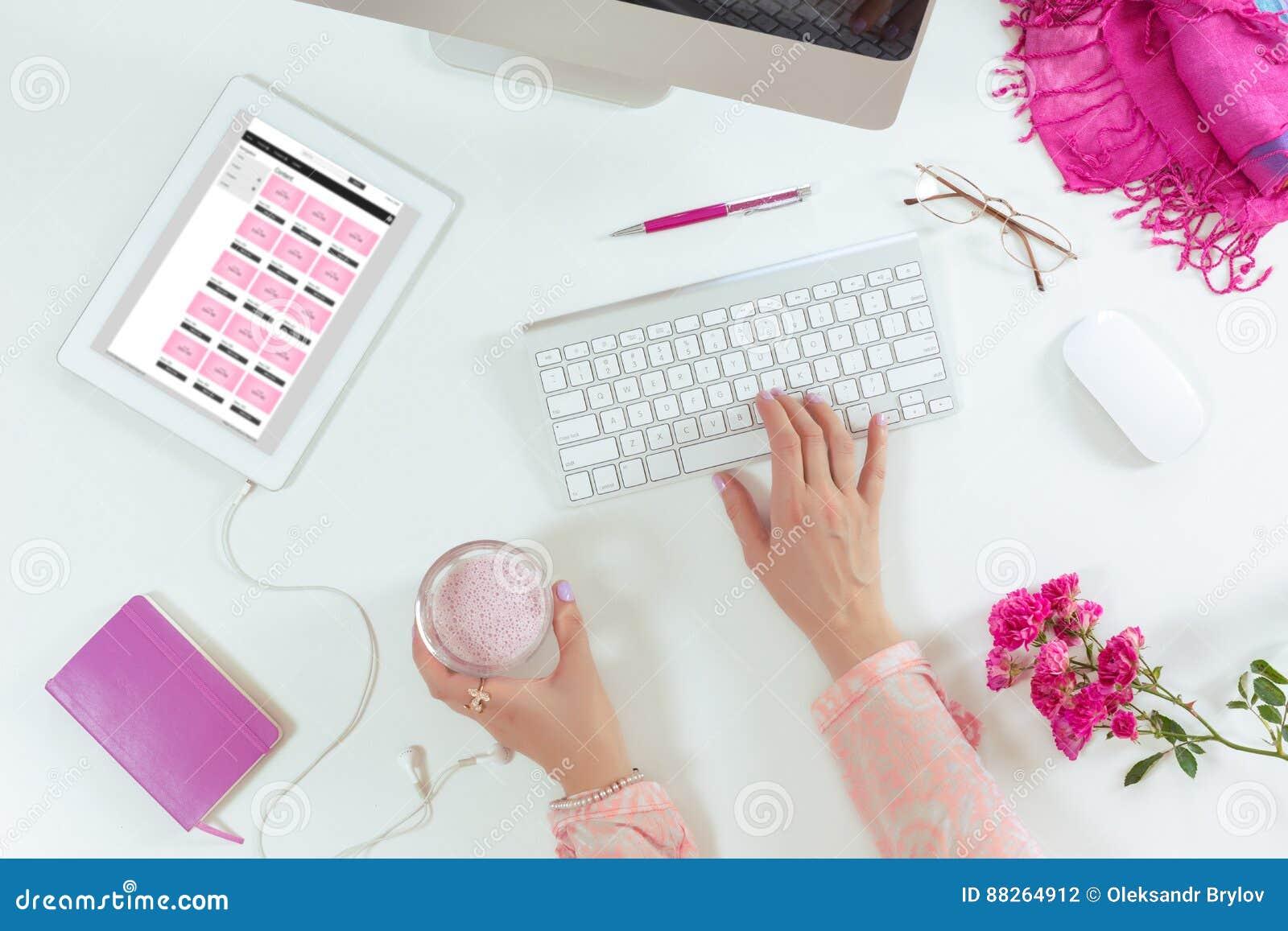 Dame Die An Computer Und Tablet Weiß Schreibtisch Arbeitet
