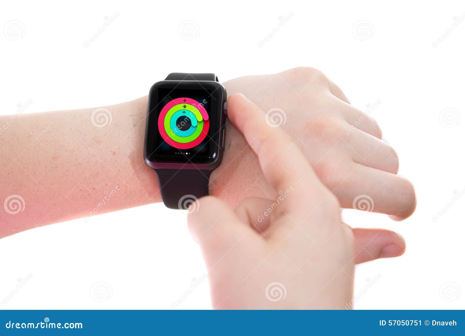 Dame die een Apple-Horloge met Activiteitenblik dragen