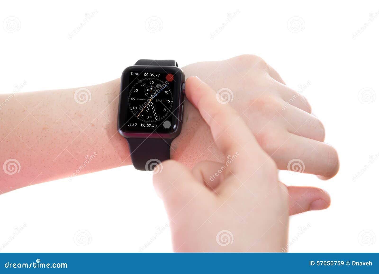 Dame die een Apple-Horloge met Chronograafgezicht dragen