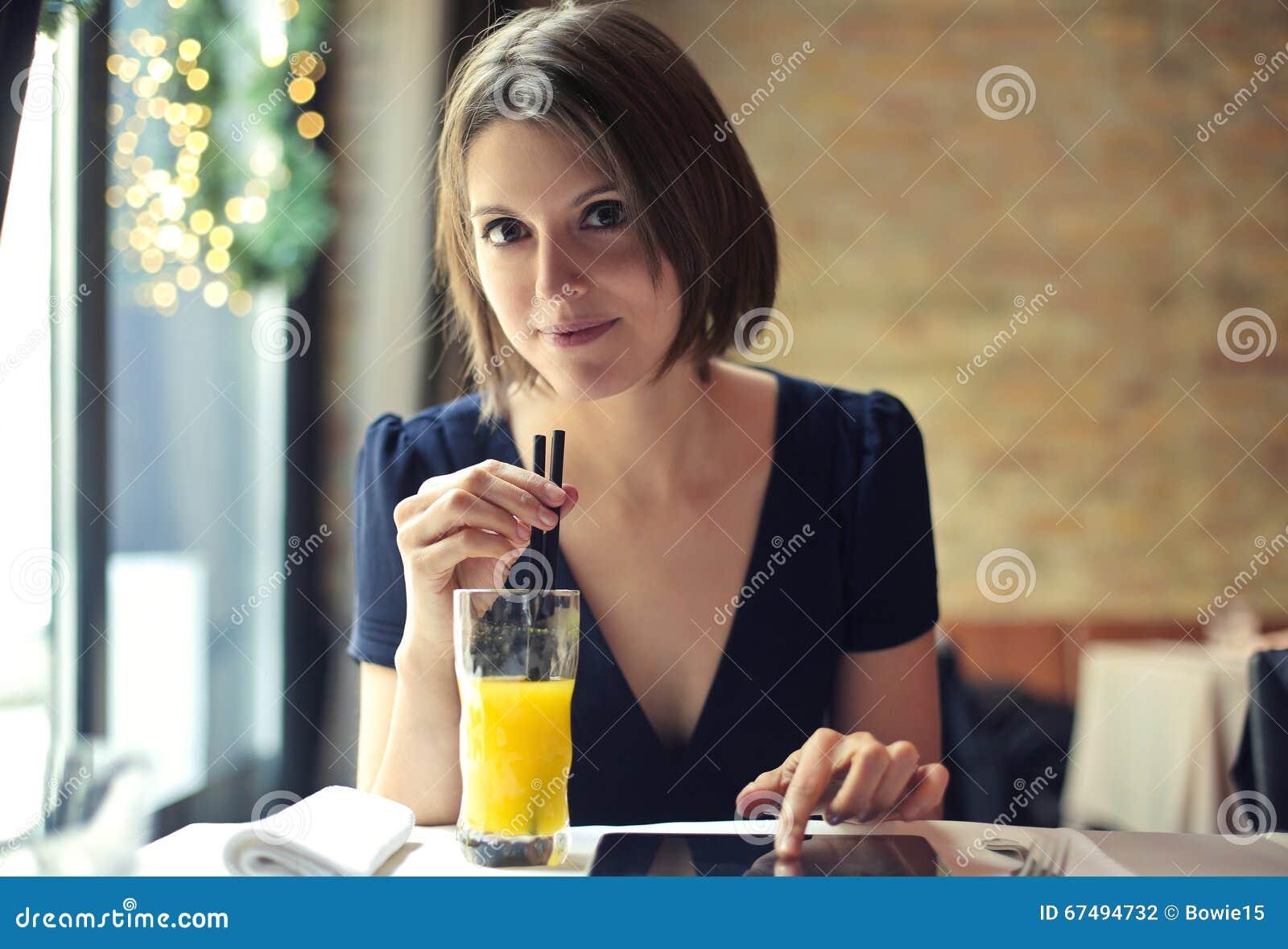 Dame die een frisdrank drinken