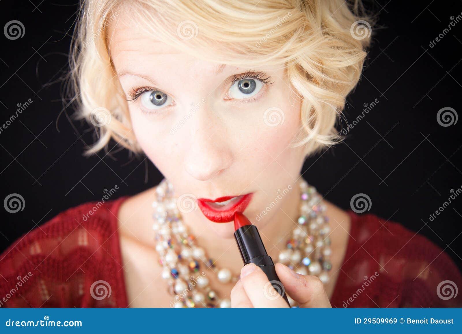 Dame die lippenstift zetten (als voor een spiegel)