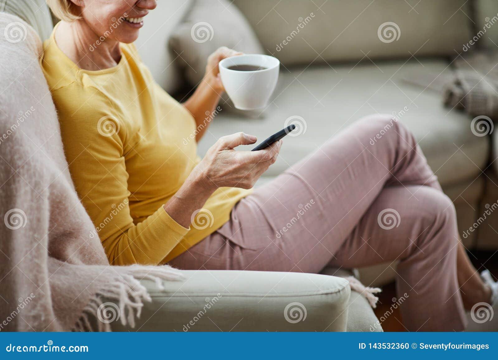 Dame die online mededeling hebben